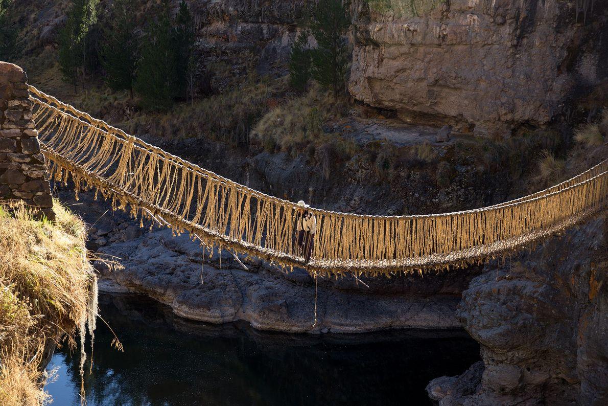 Ein Quechua läuft zum Beginn der Zeremonie über die alte Hängebrücke.