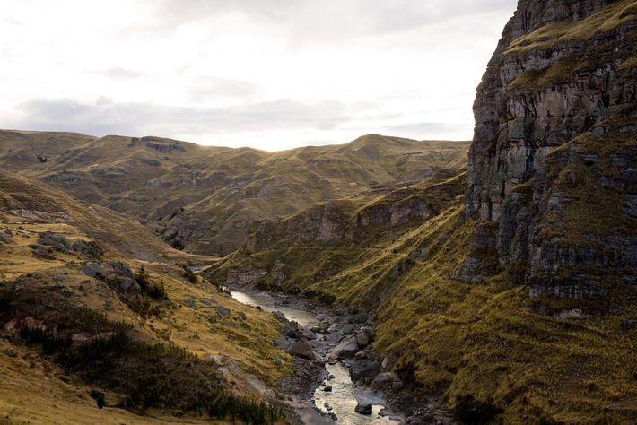 Der Rio Apurímac fließt durch die Schlucht. Während der Zeit des Inkareiches verbanden die Hängebrücken abgeschiedene ...