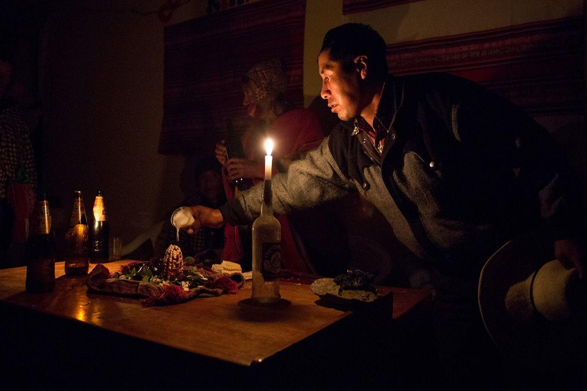 Am Abend vor dem Beginn des neuen Brückenbaus bringen Mitglieder der Quechua eine Opfergabe dar.