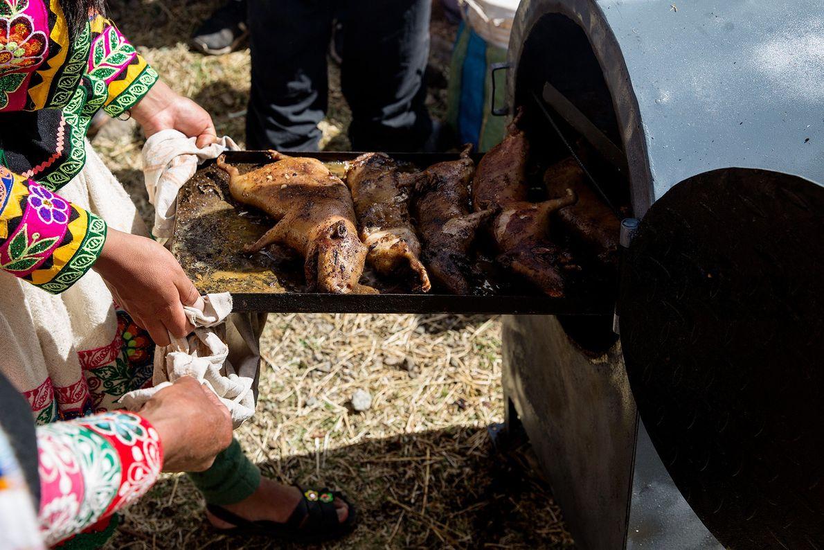 Am Rand der Schlucht werden Meerschweinchen für das Mittagessen vorbereitet.