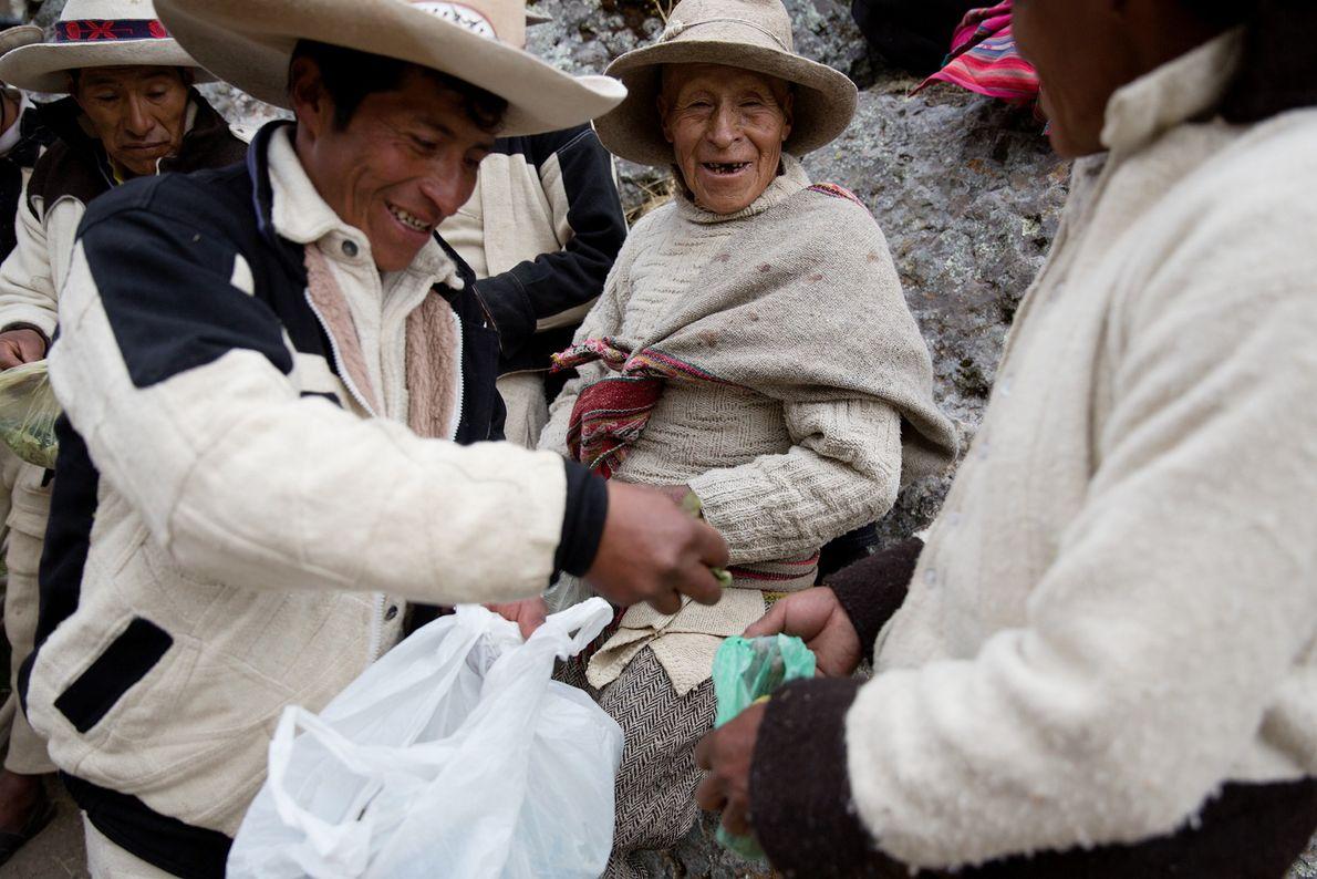 Ein Mann verteilt während der Zeremonie Cocablätter. Die Pflanze spielt für die Gemeinden der Quechua eine ...