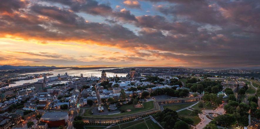 Québec und der Sankt-Lorenz-Strom bei Sonnenuntergang.