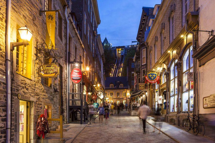 Blick auf die charmante Sous Le Fort Street in Petit Champlain am Abend.