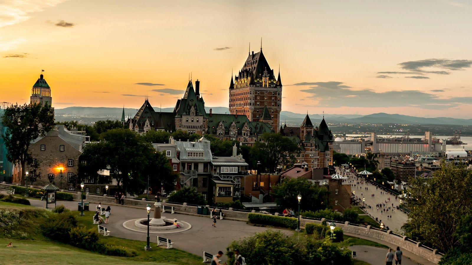 Québec erstrahlt im Sonnenuntergang. Die Stadt wurde neben dem Sankt-Lorenz-Strom auf zwei Ebenen errichtet und besteht ...