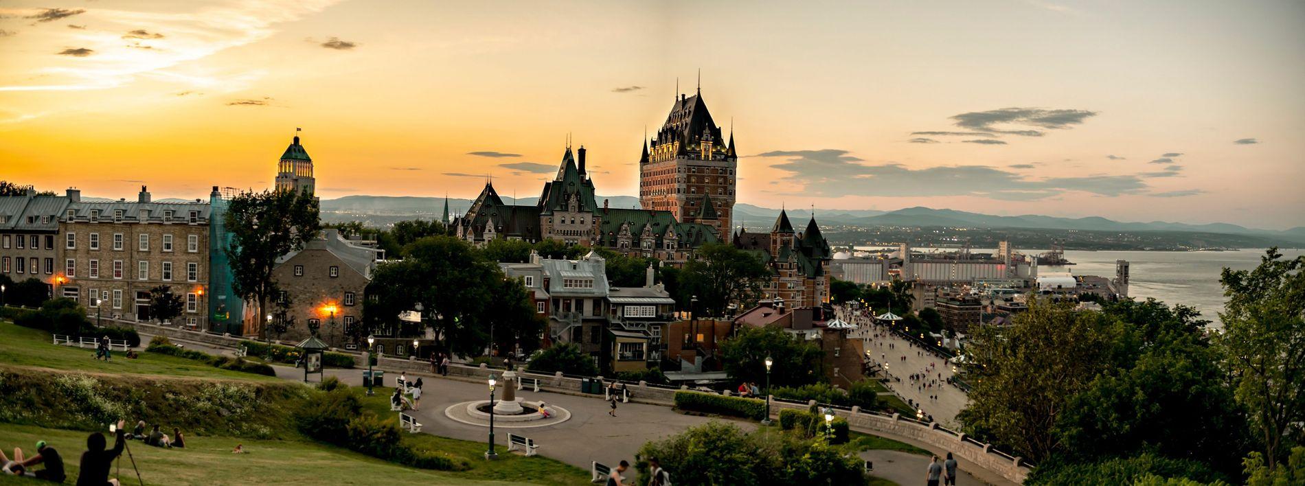 Québec erstrahlt im Sonnenuntergang. Die Stadt wurde neben dem Sankt-Lorenz-Strom auf zwei Ebenen errichtet und besteht aus der Oberstadt (Haute-Ville) und der Unterstadt (Basse-Ville). Die gut erhaltenen historischen Befestigungsanlagen Québecs, darunter auch die alte Stadtmauer, sind einer der Gründe dafür, dass die UNESCO der Stadt im Jahr 1985 den Welterbestatus verlieh.
