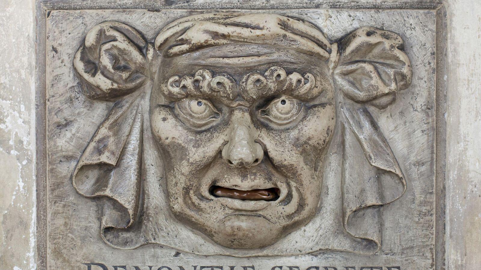 Venedigs historische Beschwerdekästen, wie dieser im Dogenpalast, gaben den Bürgern eine Möglichkeit, Anschuldigungen – manchmal auch ...