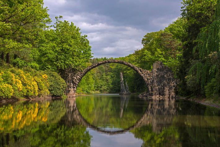 Die 1860 von Friedrich Hermann Rötschke in Auftrag gegebene Rakotzbrücke bildet zusammen mit ihrem Spiegelbild auf ...