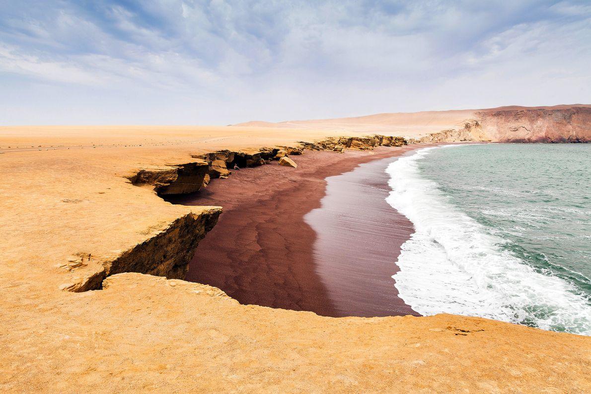 ROTER STRAND, PERU Im abgelegenen Paracas Natural Reserve, wo die subtropische Wüste auf die kühle Südküste von …