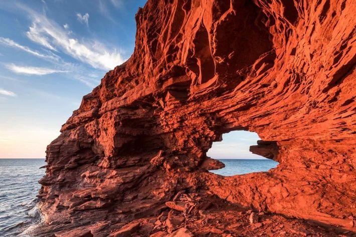 Die dramatischen roten Klippen im Prince-Edward-Island-Nationalpark wurden im Laufe der Zeit von der stürmischen See geformt.
