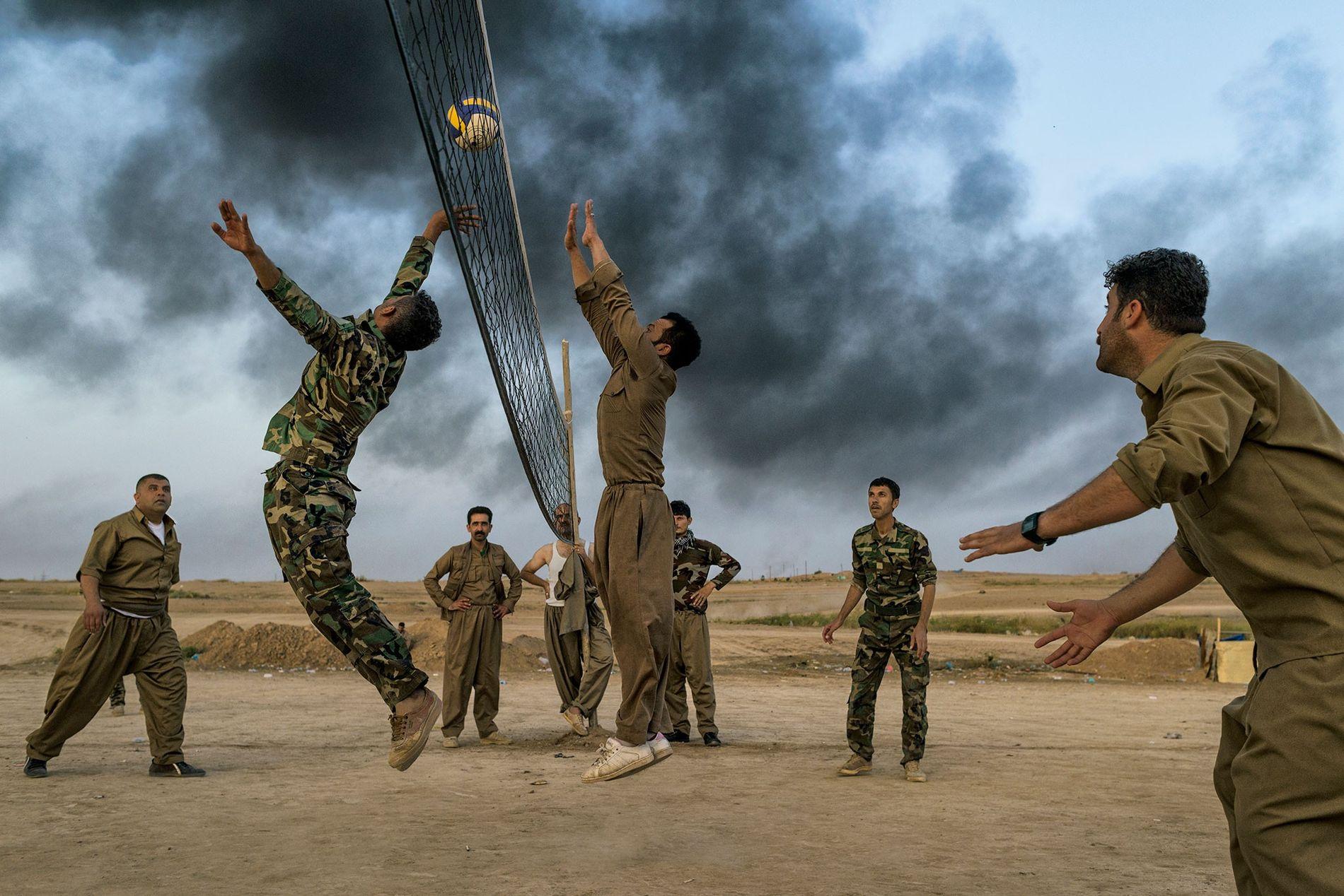 Kurdische Truppen (Peschmerga) spielen in der Nähe von Kirkuk Volleyball. Die kurdischen Streitkräfte kämpften gegen den ...