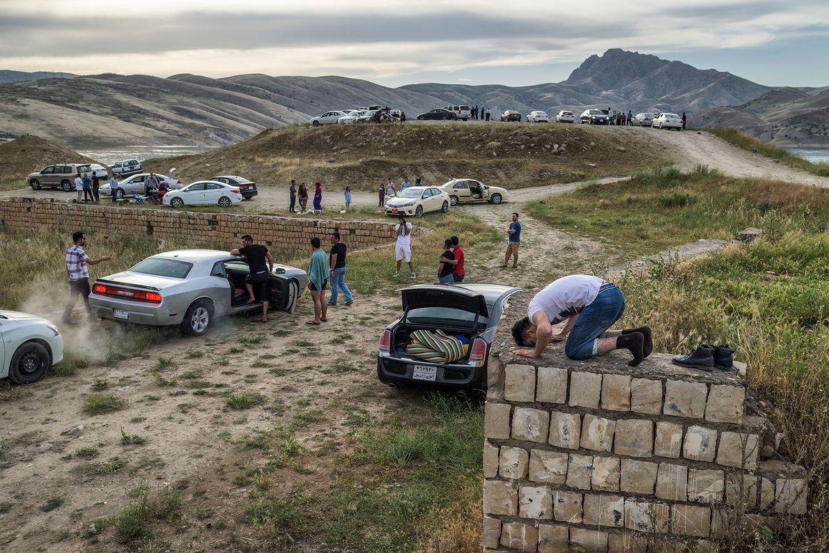 Kurdische Familien picknicken keine drei Stunden entfernt von den Gefechtslinien im Nordirak. Im Vordergrund ist ein …