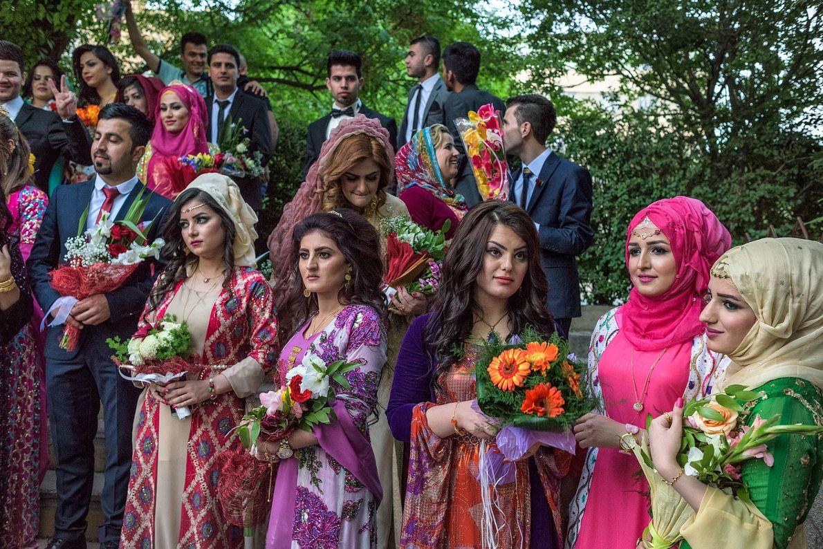 Junge Kurden tragen traditionelle und westliche Kleidung anlässlich ihrer Abschlussfeier an der University of Sulaimani im …