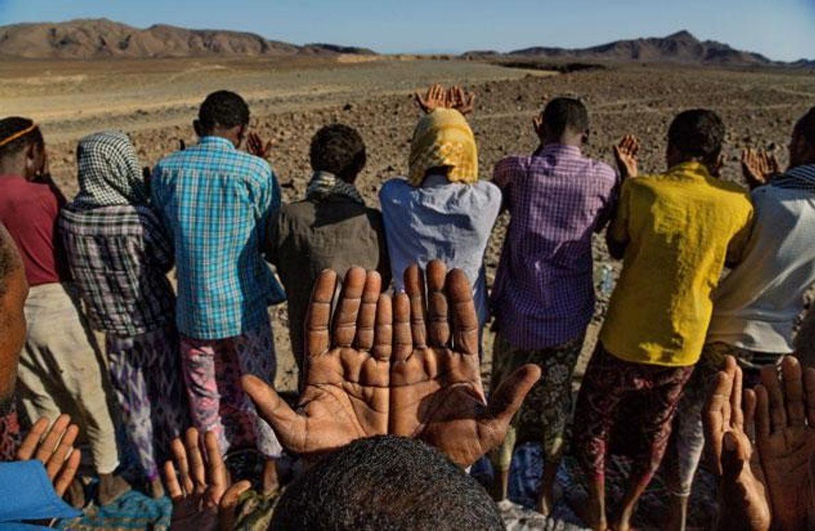 Dorfbewohner  in der Afar-Wüste beten um Regen. Womöglich hielt einst eine jahrtausendelange Dürre die Menschen …