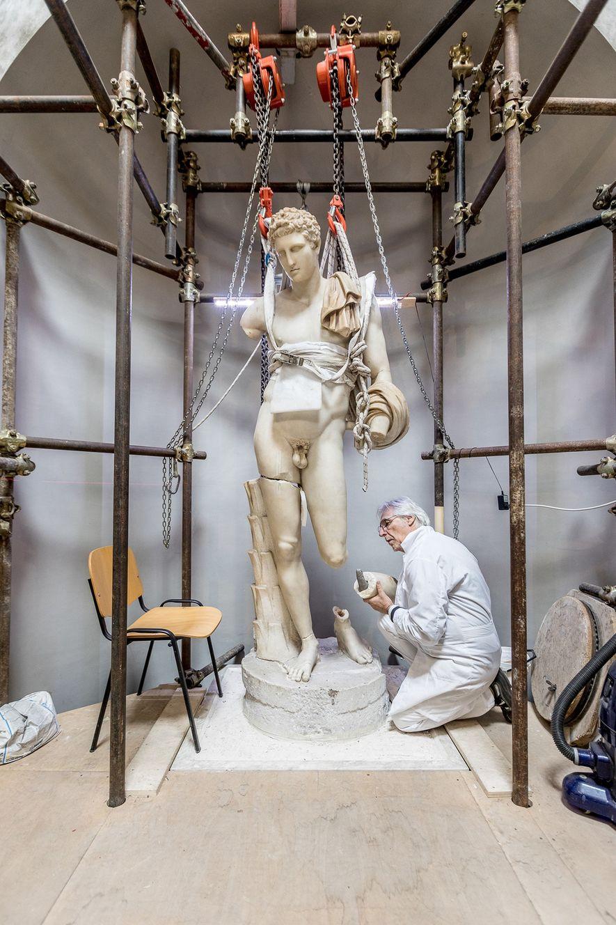 Massimo Bernacchi restauriert den Belvedere Hermes, der aus der Zeit Hadrians stammt. Die Statue wurde von ...