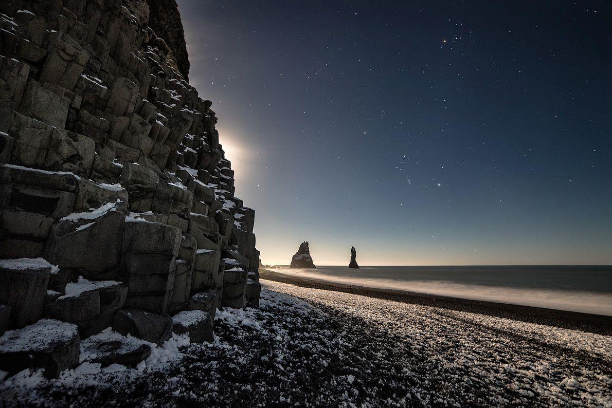 Nächtliche Landschaft am Strand von Reynisfjara, Vik, Island