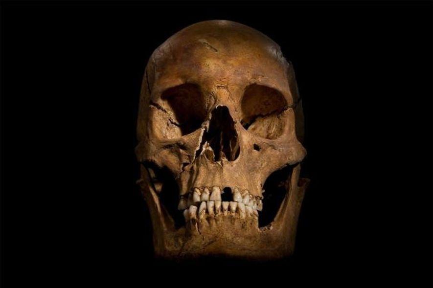 Der Schädel von Richard III., der unter einem Parkplatz entdeckt wurde, wurde von Forensikern der Universität von Leicester analysiert. In Shakespeares Stück über den berüchtigten Monarchen wird Richard III. des Mordes angeklagt, als er sich einer Leiche nähert, die dann zu bluten beginnt.