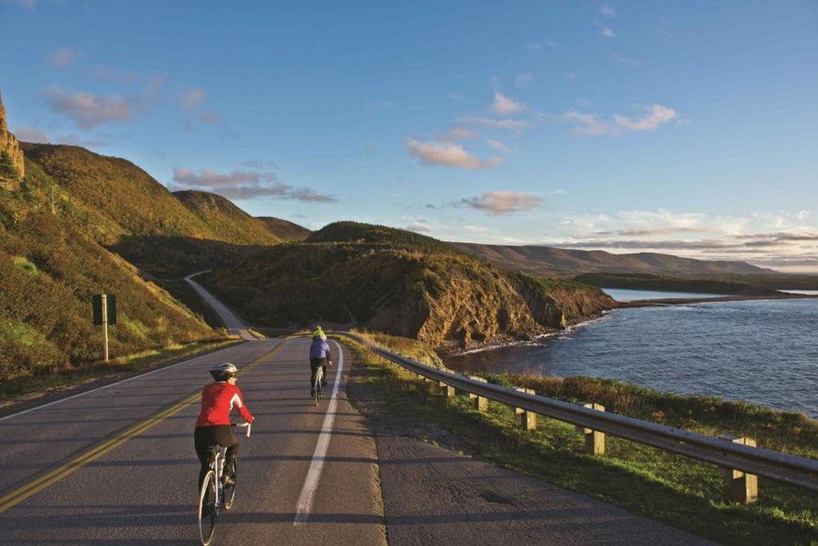 Auf einer Radtour können Besucher die Schönheit der Küste von Cape Breton Island genießen.