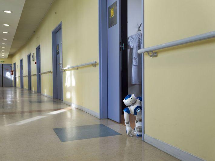 Ein Roboter wartet auf einen Bewohner auf dem Flur des Hôspital La Rochefoucauld in Paris, Frankreich. ...