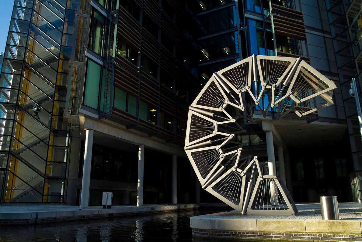 Die 2004 fertiggestellte Rolling Bridge der Heatherwick Studios führt zum Grand Union Canals im Londoner Paddington ...