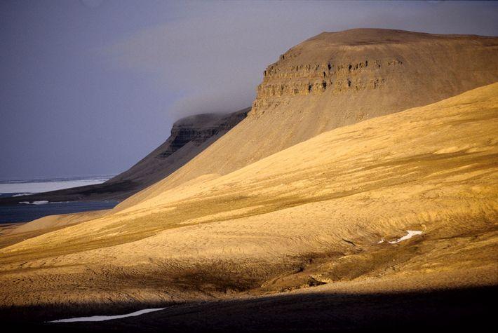 An der Küste von Somerset Island im nördlichen Polargebiet ragen steile Klippen auf.