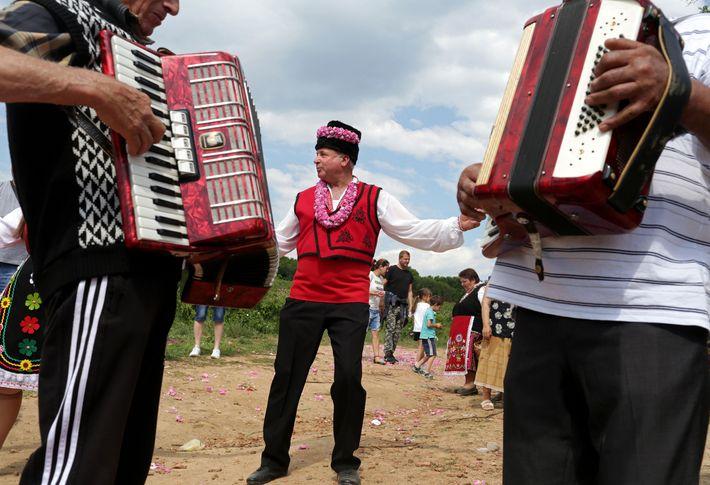 In den Rosenfeldern von Buzovgrad tanzen Männer und Frauen zu den Klängen von Akkordeon und Trommel ...