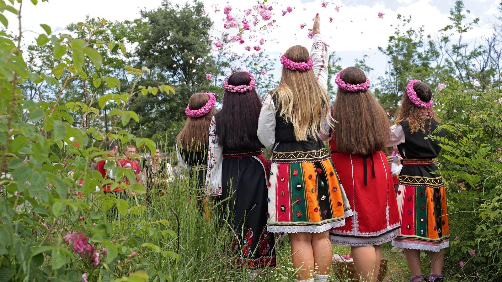Frauen in bulgarischer Tracht posieren für ein Bild bei Buzovgrad, Bulgarien.