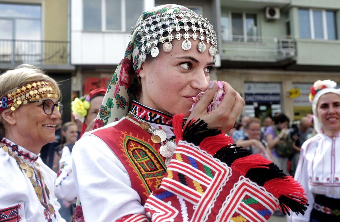 Die Volkstanzgruppe Bis aus Sofia legt nach ihrem Auftritt eine Pause ein.