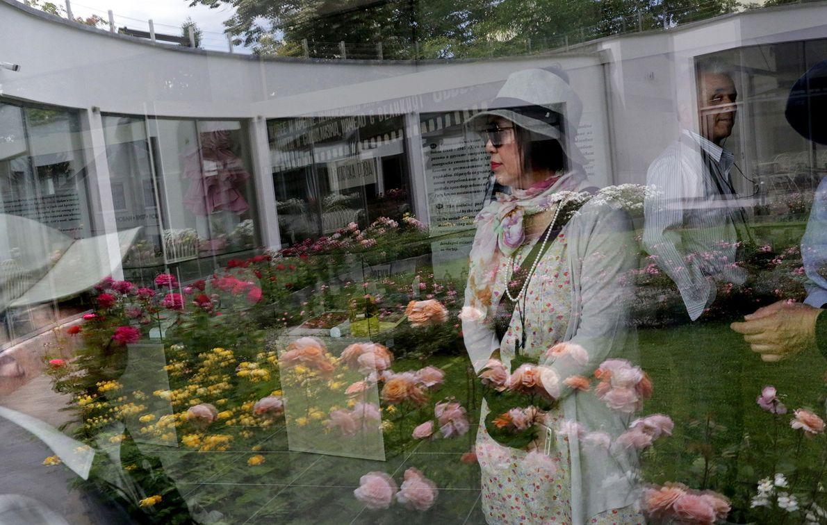 In den Scheiben des Rosenmuseums in Kazanlak sind die Spiegelbilder von Touristen erkennbar.