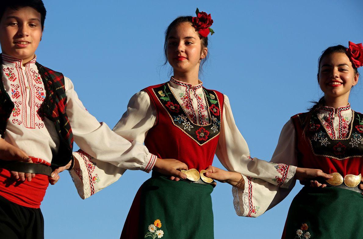 Beim Fest in Kazanlak treten Mitglieder der Tanzgruppe Zhar auf der Bühne auf.