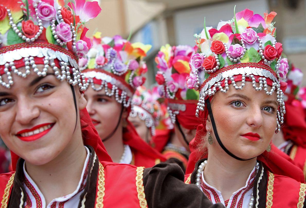 Mitglieder der Tanzgruppe Kočani aus der gleichnamigen Stadt in Mazedonien machen sich für ihren Auftritt beim ...