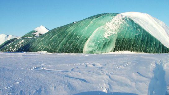 Genau wie ihre bläulichen Gegenstücke sind auch grüne Eisberge oft besonders durchscheinend, was bedeutet, dass das ...