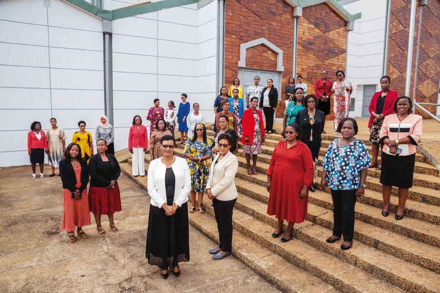 Ruandas Verfassung fordert: 30 Prozent der Abgeordneten müssen weiblich sein. Heute hat Ruandas Parlament mit 61 ...