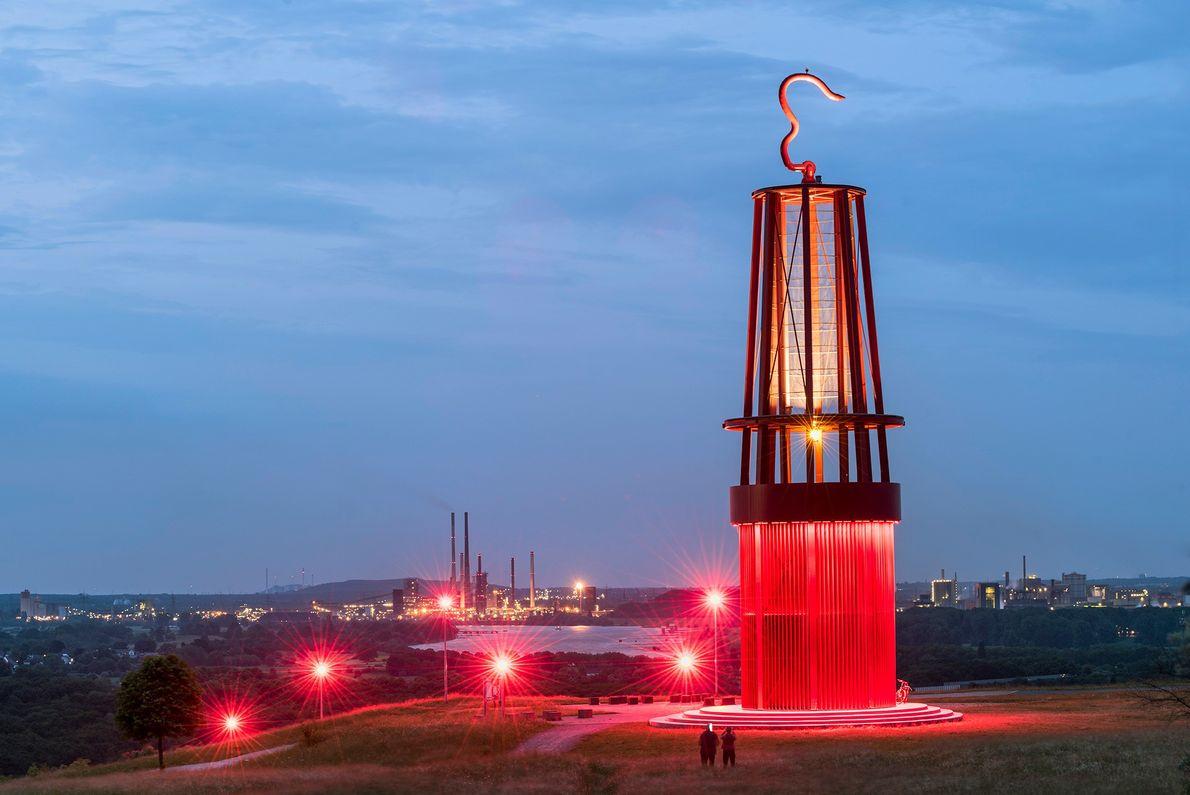 Das Geleucht von Moers, das von Otto Piene entworfen wurde, sieht aus wie eine überdimensionale Grubenlampe ...