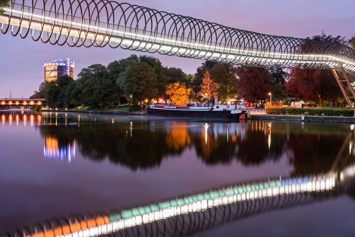 """Diese Fußgängerbrücke in Oberhausen trägt den Namen """"Slinky Springs to Fame"""" und quert den Rhein-Herne-Kanal. Der ..."""