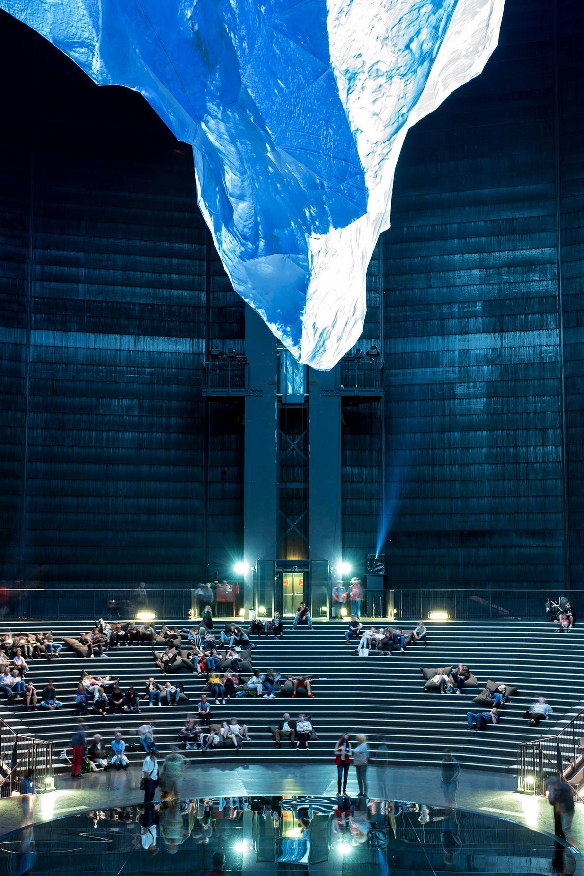 """Das Gasometer Oberhausen ist die höchste Ausstellungshalle in ganz Europa. In der Ausstellung """"Der Berg ruft"""" ..."""