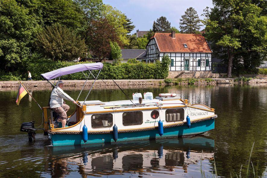 In Mülheim an der Ruhr können sich Besucher kleine Boote ausleihen, die durch Pedale (und Außenbordmotor) ...