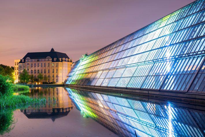 Der Wissenschaftspark Gelsenkirchen sticht vor allem durch sein großes Glasgebäude mit Installationen des Lichtkünstlers Dan Flavin ...