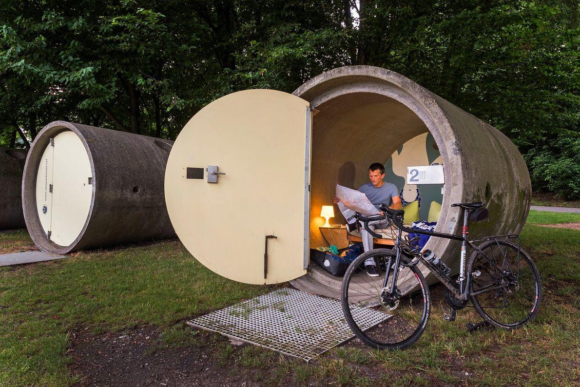 Im Parkhotel des BernePark können Besucher die Nacht in einem alten Abwasserrohr aus Beton verbringen und ...