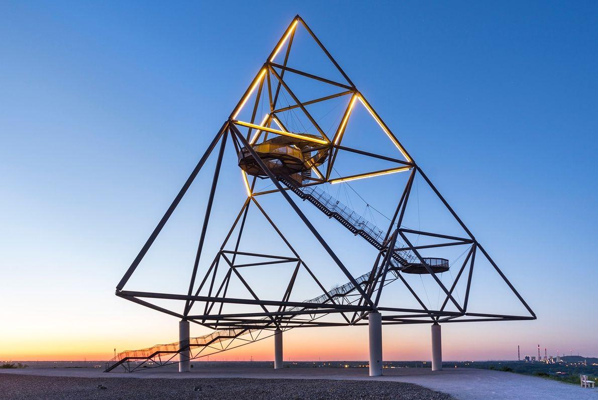 Der Tetraeder, der 1994 aus Stahlrohren und Gusseisen errichtet wurde, ist eine begehbare Kunstinstallation in der ...