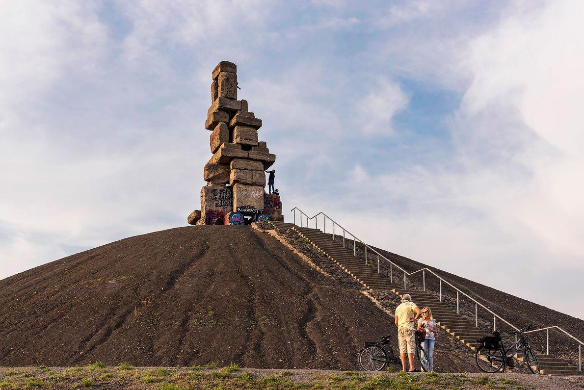 """Herman Priganns Betonskulptur """"Stairway to Heaven"""" steht auf einer Abraumhalde in Gelsenkirchen."""