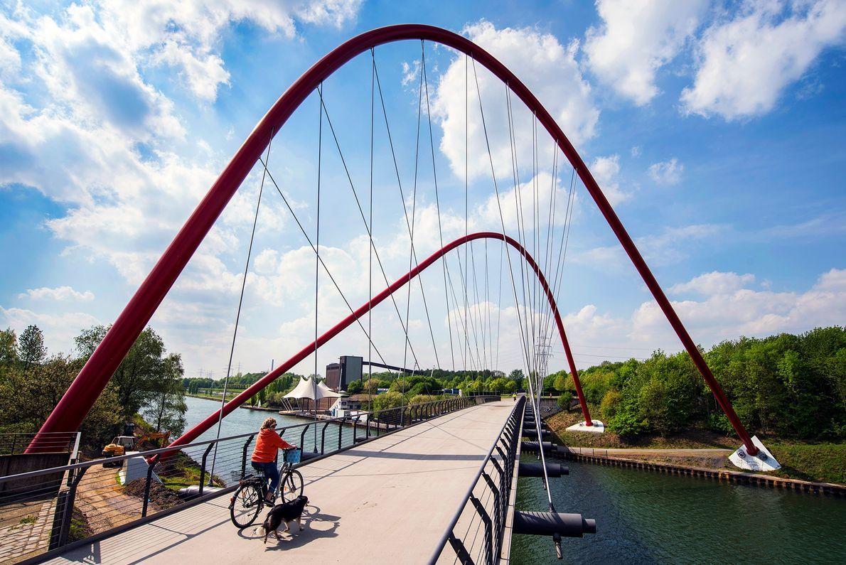Die Einheimischen wandern und radeln gern am Rhein-Herne-Kanal, auf dem früher Kohle durch das Ruhrgebiet transportiert ...