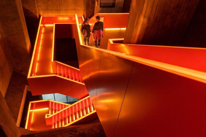 Treppen und Rolltreppen, die an Kohleförderbänder erinnern, führen Besucher durch das Ruhr Museum, in dem sie ...