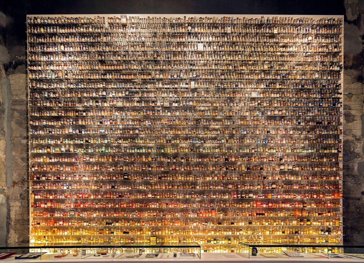 """Eine Sammlung an Arzneiflaschen füllt die Regale dieser Vitrine in der Ausstellung """"Das Zeitalter der Kohle"""" ..."""
