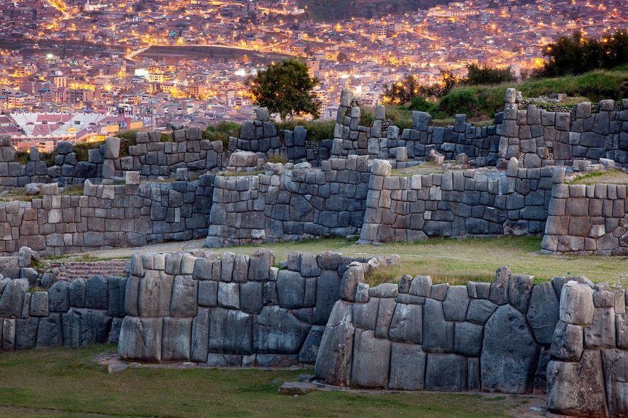 Die Ruine der Inka-Festung bildet einen Kontrast zu Cuzcos modernen Gebäuden.