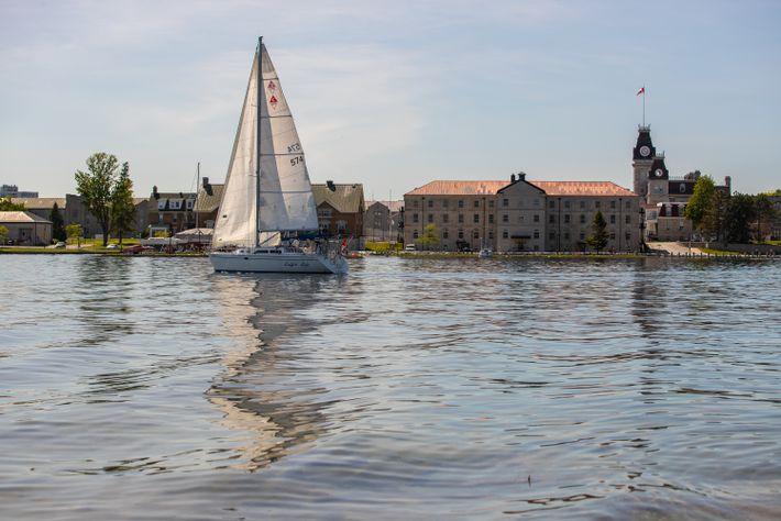 Ein Segelboot fährt auf dem Sankt-Lorenz-Strom am Innenstadtbezirk von Kingston vorbei.