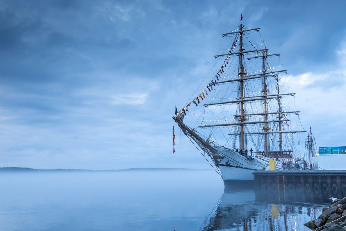 Die Sommerfestivals locken zahlreiche Gäste an, die mitunter auch in großen, historischen Segelschiffen nach Havre Saint-Pierre ...