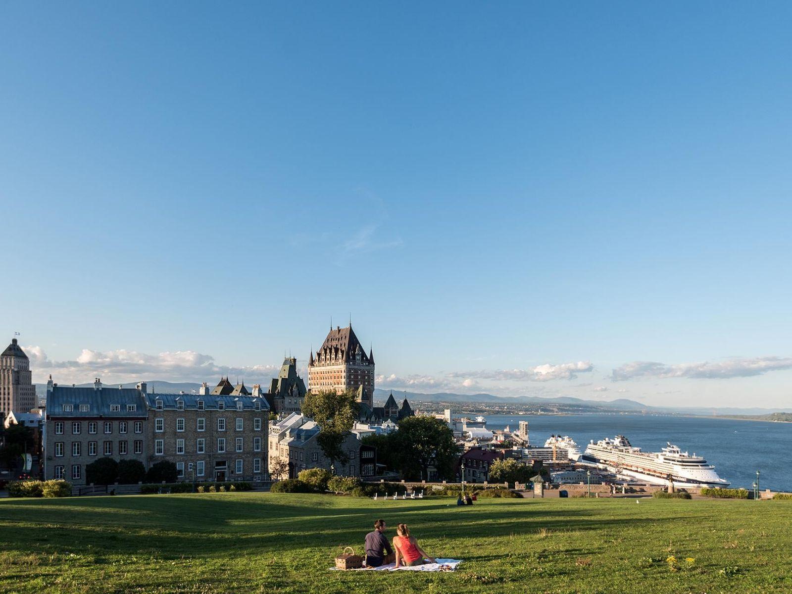 Besucher picknicken gemütlich entlang der Ufer des Sankt-Lorenz-Stroms.