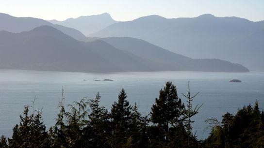 Dieser Blick auf den Howe Sound, Teil der Salish Sea nördlich von Vancouver, zeigt die Berge ...