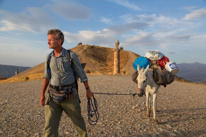 Salopek und die Eselin Kirkatier laufen in der Türkei am Grabhügel Karakuş vorbei, der im ersten ...