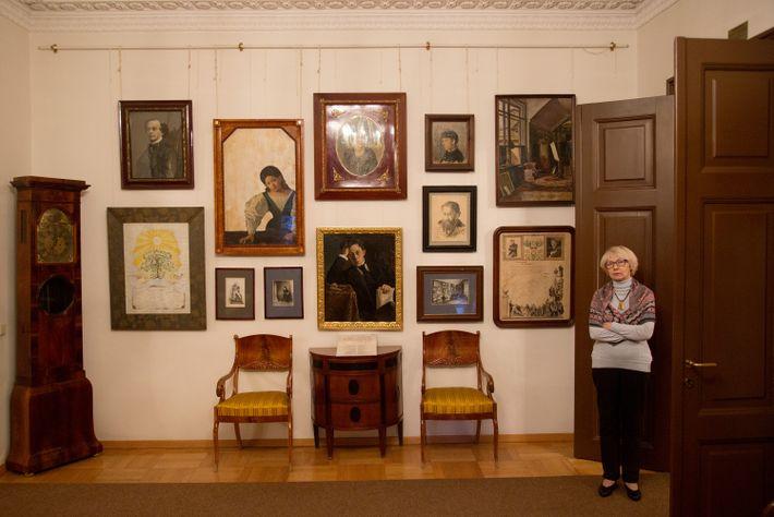Eine Museumsführerin steht in der Tür des Samoylov-Familienmuseums.